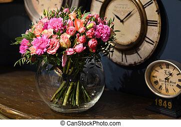 debout, transparent, roses, bouquet, vase, table verre, bois, rond