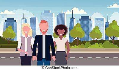 debout, urbain, collègues, gratte-ciel, ville, caractères, fond, businesspeople, plat, élevé, mélange, horizon, course, ensemble, femme, cityscape, portrait, horizontal, mâle, dessin animé