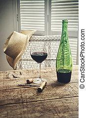 debout, vieux, paille, table verre, chapeau, vin rouge
