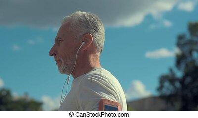 debout, ville, sportif, confiant, vieilli, homme