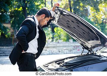 debout, voiture, homme, cassé