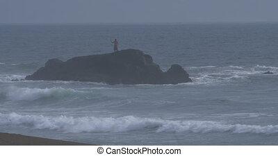 debout, wavebreaker, lotissements, grand, rocher, version, seul, pêcheur, indigène