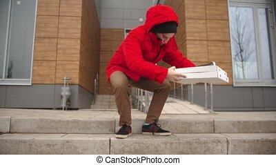 dehors, prend, homme, morceau, courrier, boîte pizza, bâtiment, vêtements, rouges, marche