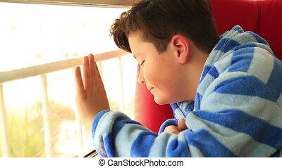 dehors, regarder, assied, fenêtre, garçon, jeune