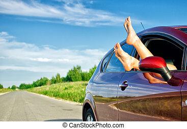 dehors, voiture, jambes, fenêtre., concept, insouciant, trip., rigolote, femme