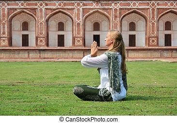 delhi, humayun's, femme, yard, méditer, jeune, tomb., ind