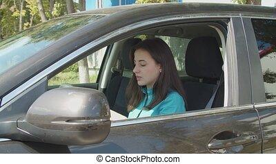 demande, femme, chauffeur, élégant, voiture, rouge lèvres