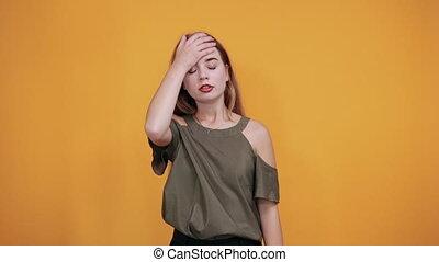 derrière, décontracté, désinvolte, jeune femme, garder, fermé, vêtements, main, yeux