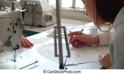 dessin, deux, haut, femmes, jeune, croquis, atelier., concepteurs, vêtements, fonctionnement, fin, mode