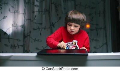 dessine, garçon, pencil., séance, table, clavier, tablette