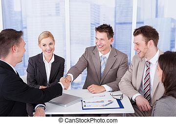 devant, collègues, secousse, hommes affaires, mains