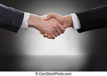 devant, homme affaires, mains secouer, maillet