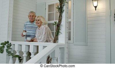 devant, propre, regarder, home., maison, couple, porche, personnes agées, café, boire, personne agee, famille, mûrir