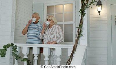 devant, regarder, caucasien, home., couple, porche, personnes agées, café, boire, personne agee, famille, mûrir