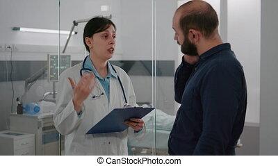 diagnostic, praticien, récupération, docteur femme, discuter, maladie, traitement, expliquer