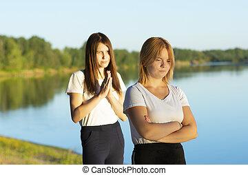 dialogue, sélectif, elle, rivière, apologizes, jeune, autre, mendie, vouloir, deux, femme, querelle, pas, amis, foyer, misunderstanding., fin, offensé, hands., conflit, elle, plié, forgive., promenade