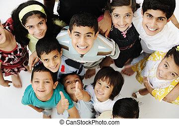 différent, groupe, foule, races, âges, grand, enfants, heureux