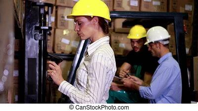 directeur, balayage, entrepôt, barcodes