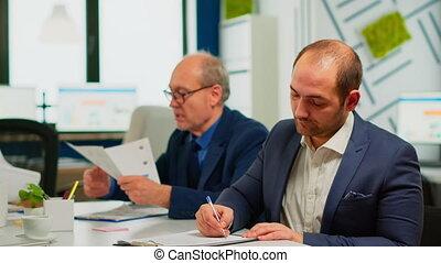 discuter, confiant, lecture, associé, contrat, papier, homme affaires, document