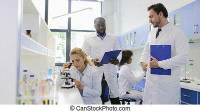 discuter, od, femme, laboratoire, mâle, conversation, deux, chercheurs, scientifiques, résultats, microscope, fonctionnement, étude, équipe, moderne