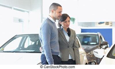 discuter, sur, couple, voiture