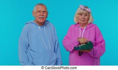 dit, appel téléphonique, personne agee, conversation, retraités, 80s, vendange, grands-parents, hé, dos, vous, nous, câble