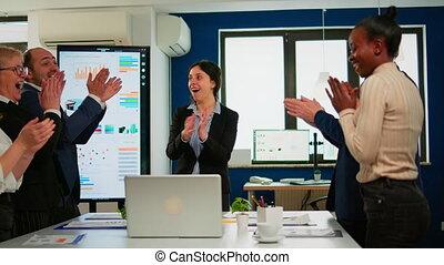 divers, cinq, équipe, heureux, pendant, businesspeople, élevé, donner, idée génie, constitué