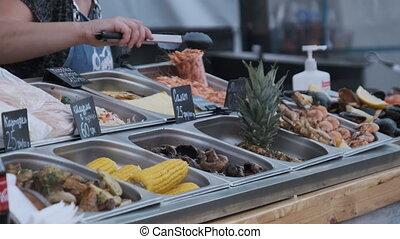 divers, courts., vente, légumes grillés, vendeur, viande, nourriture, rue