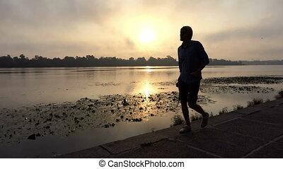 dnipro, heureusement, jeune, coucher soleil, promenades, long, riverbank, homme