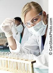 docteur, clair, solution, scientifique, femme, laboratoire, ou