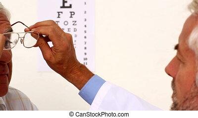 docteur, essayage, lunettes, sur, elde