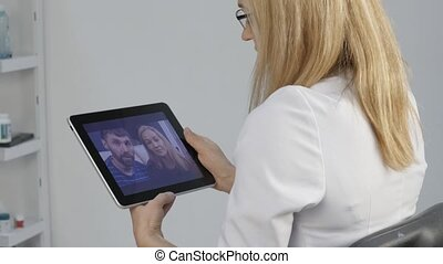 docteur, monde médical, mariés, résultats, rapports, couple., examen, 4k, bavarder, medicine., vidéo, ligne