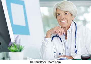 docteur, personne agee, bureau, femme, elle, portrait