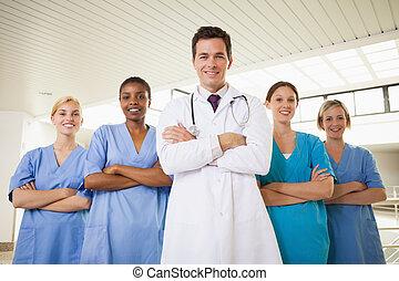 docteur, sourire, armes traversés, infirmières