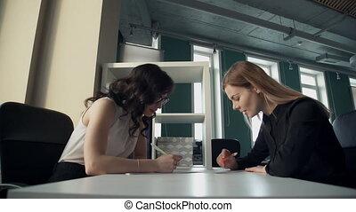 documents, bureau affaires, regarder, deux, sujets, discuter, femmes