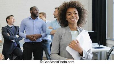 documents, bureau, professionnels, femme affaires, sur, accord, contrat, coworking, équipe, metting, pendant, sourire, lecture, discuter, heureux