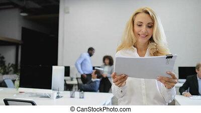 documents, bureau, professionnels, lire, femme affaires, patron, projet, discuter, quoique, équipe, rapport, pendant, sourire, créatif, réunion, idée génie, heureux