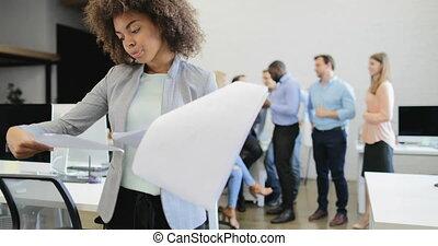 documents, bureau, professionnels, réussi, femme affaires, sur, moderne, créatif, équipe, rapport, sourire, lecture, réunion, heureux