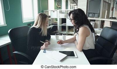 documents, bureau, tablette, deux, business, fonctionnement, utilisation, discuter, questions, femmes