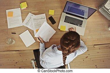 documents, elle, bureau, femme affaires, ordinateur portable, fonctionnement, bureau