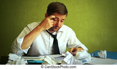 documents, fonctionnement, bureau., concept., surcharge, homme affaires surmené, essayer