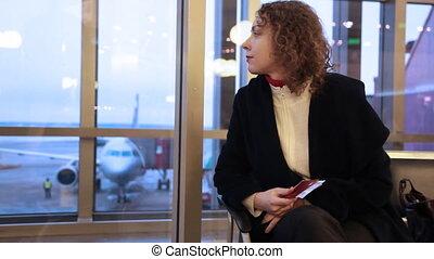 documents, séance, aéroport, main, fenêtre, femme