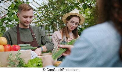 donner, achat, ferme, femme, organique, légumes, marché, nourriture, vendeur