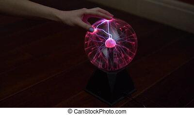 donner, dark., plasma, expériences, balle, petit, éclair, touchers, femme, dehors, bolts., électricité, main