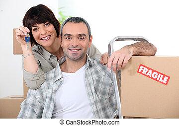 doorkeys, couple, fragile, marqué, boîtes, en mouvement, nouvelle maison