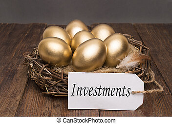 doré, concept, mot, arrière-plan., bois, nid, oeufs, réussi, étiquette, retraite, investissements