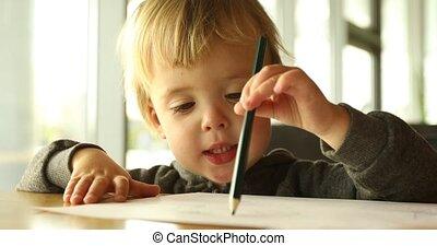 dorlotez garçon, dessine, crayon