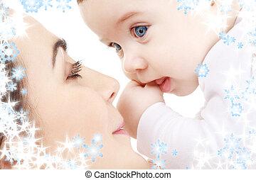 dorlotez garçon, heureux, jouer, mère