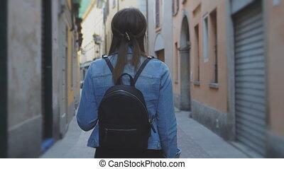 dos, explorer, femme, vue., como., vieille ville, touriste