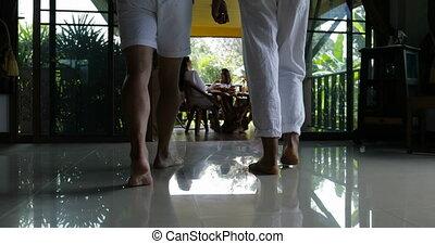 dos, marche, joindre, séance, hommes, filles, jeune, deux, terrasse, jus, table, groupe, boire, matin, amis, vue postérieure